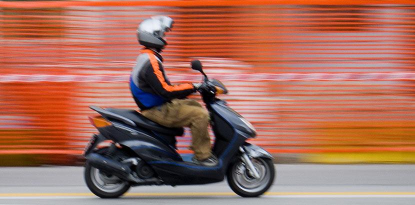Eine Person ohne A-Führerschein fährt einen Roller.