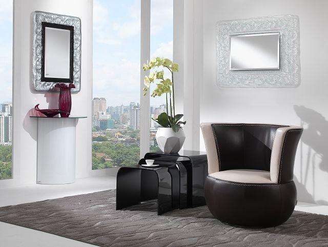 Glasdesignmöbel: Trendige Halbkreiskonsole aus gebogenem Glas in unterschiedlichen Farben