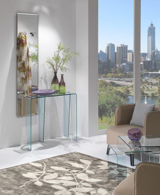 Moderner und praktischer Spiegel mit Kleiderhaken in Kombination mit Glasdesignmöbel