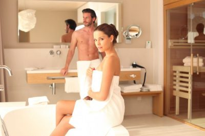Junges Paar glücklich nach Badsanierung