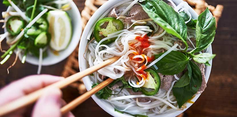 Eine Schüssel Pho und Street Food aus Vietnam.