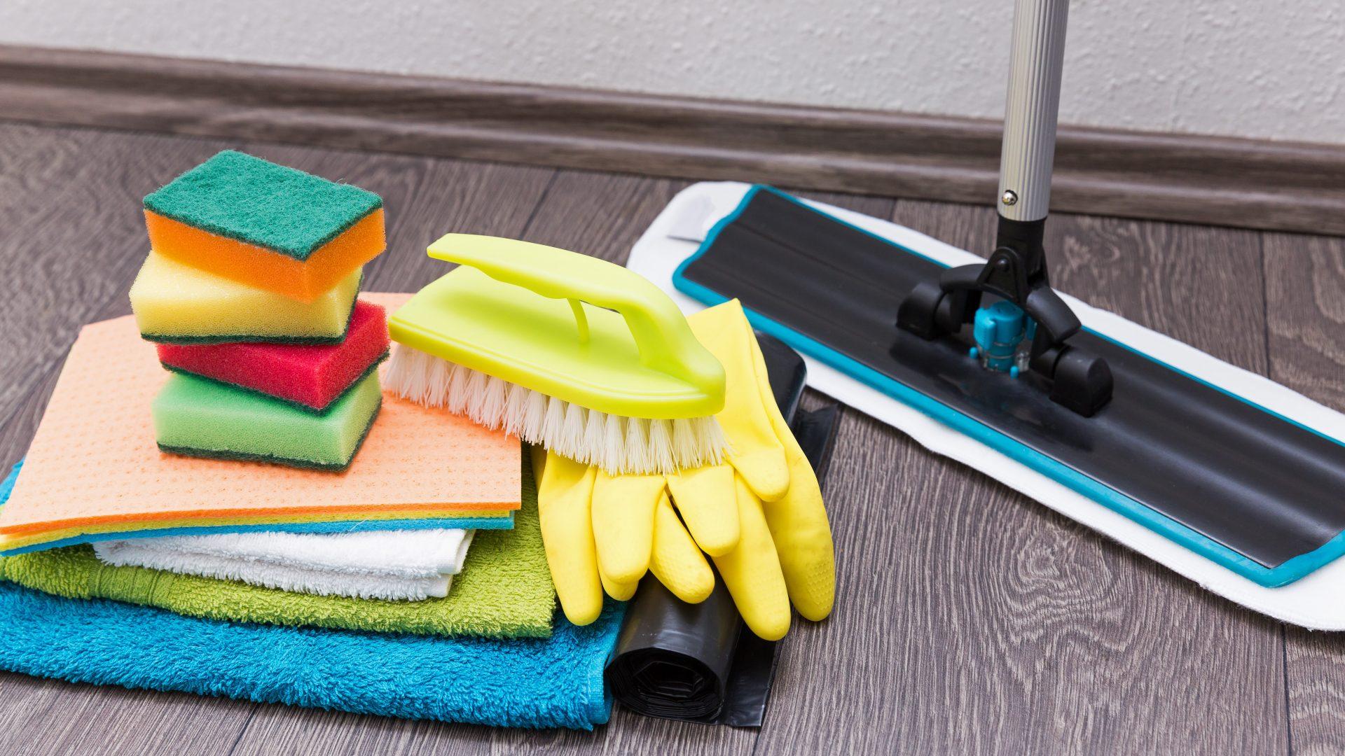 laminat reinigen mit speziellen wischt chern. Black Bedroom Furniture Sets. Home Design Ideas