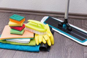 Laminat reinigen mit speziellen Wischtüchern