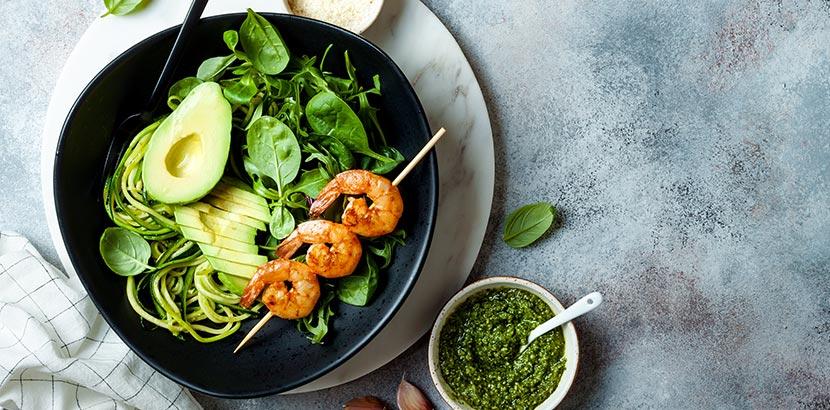Low Carb Gericht mit Zoodles Avocado und Shrimps