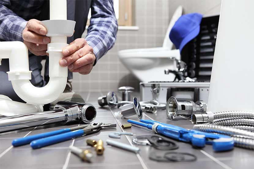 Installateur bei Sanitärinstallationen im Bad.