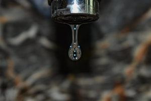 großer Wassertropfen aus tropfendem Wasserhahn