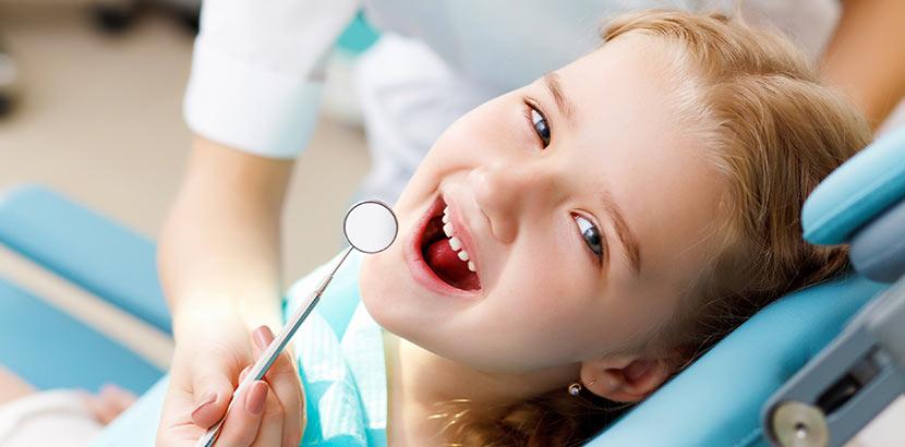 Ein Kind, dessen Milchzähne in jungen Jahren von Karies betroffen sind. Karies Kind Ursachen
