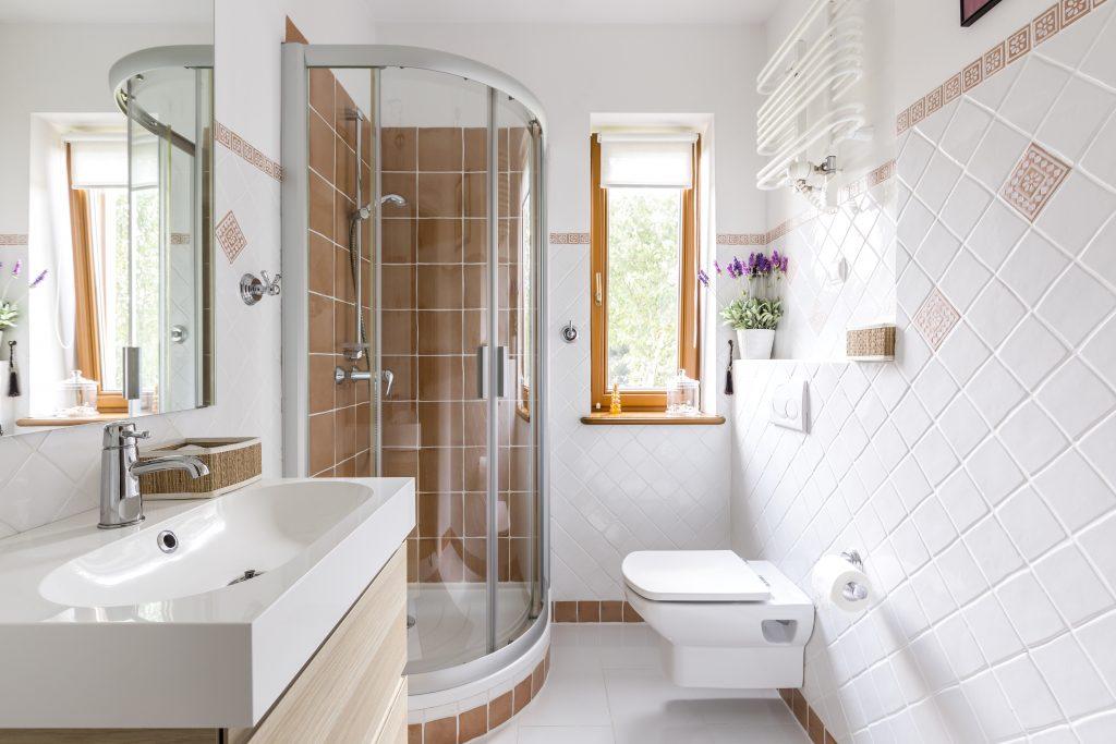 Freistehendes Badezimmer Kleines Badezimmer Mit Dusche Und Weißen Fliesen  ...