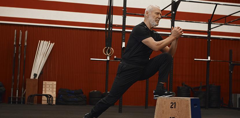 Crossfit Wien: Ein älterer Herr trainert in einem Crossfit-Studio.