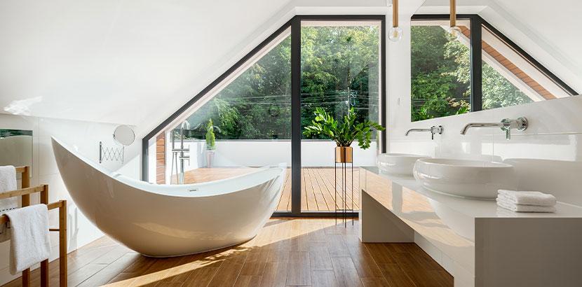 Wunderschönes Badezimmer in einem ausgebauten Dachboden. Dachstuhl anheben Kosten.