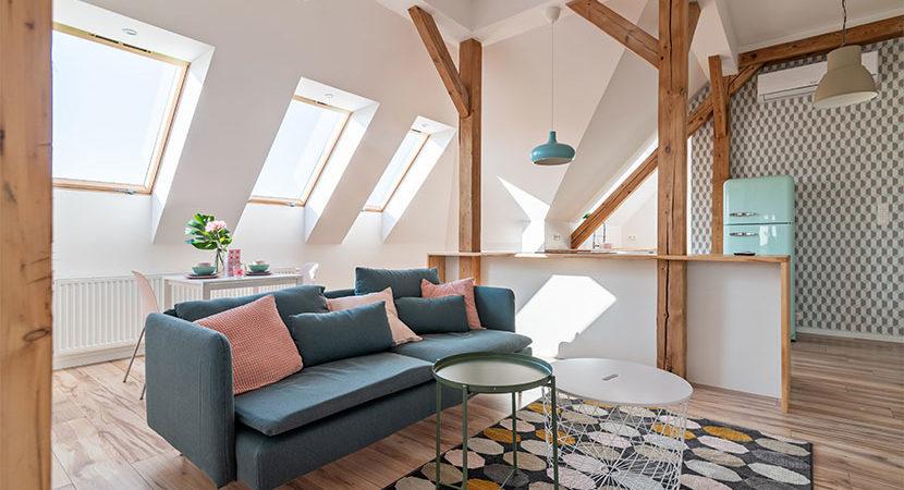 Ein wunderschöner ausgebauter Dachboden, in dem eine Küche und ein Wohnzimmer untergebracht sind. Dachstuhl anheben Kosten.