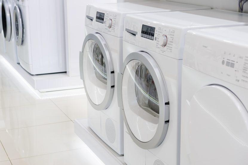 zwei weiße Waschmaschinen und ein weißer Wäschetrockner