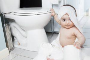 Ein WC mit Absenkautomatik ist sicherer für Kinder.