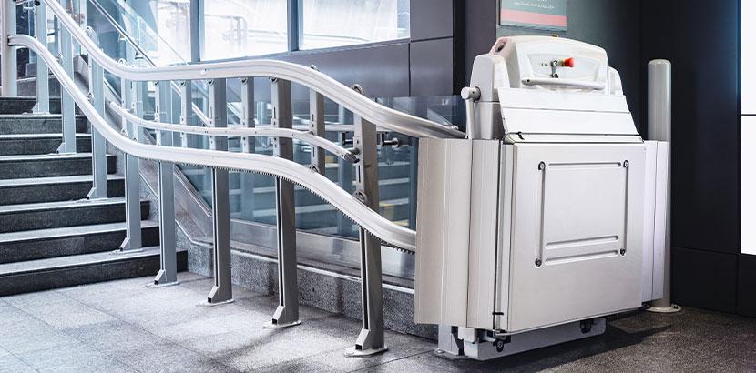 Ein Treppenlift für Rollstuhlfahrer in einem öffentlichen Gebäude.