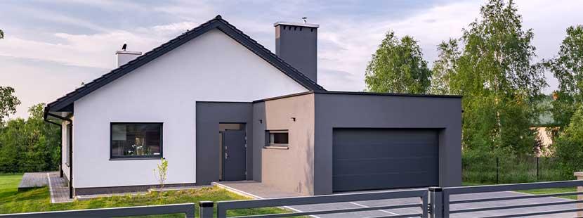 Modernes Haus mit großem Garagentor (Rolltor)
