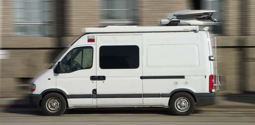 Kleiner Lieferwagen, der eine Heizöl Notdienst Lieferung zum Kunden bringt.