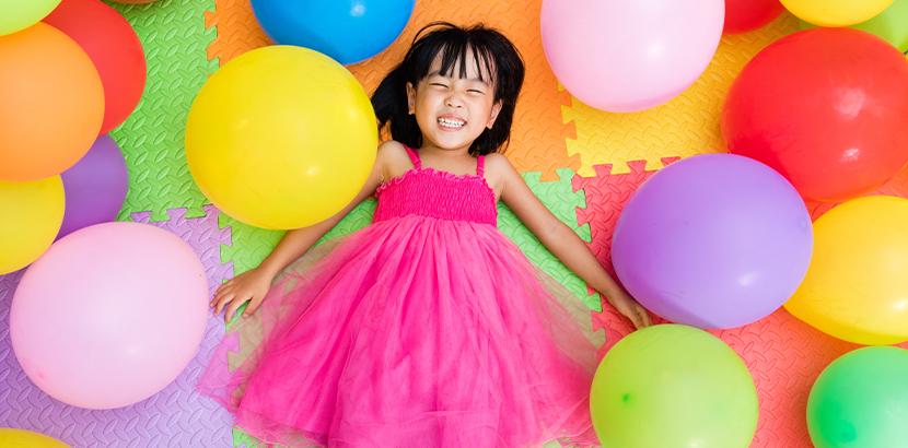 Indoorspilplätze Wien: Ein Mädchen in rosa Kleid spielt in einem Indoorspielplatz in Wien