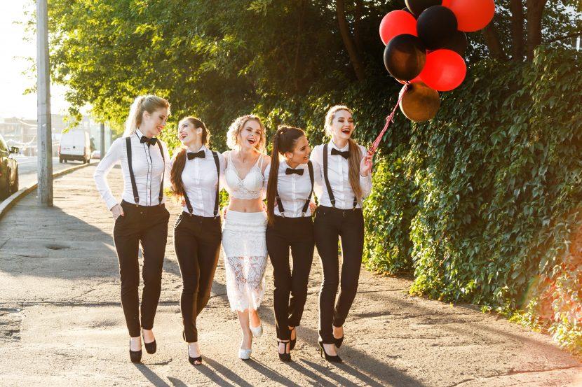 fünf Freundinnen beim Poltern in Wien, mit Luftballons und mit schwarz-weißen Klamotten.
