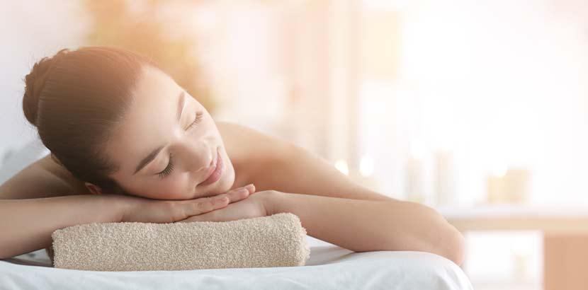 Hübsche junge Frau, die nach Entspanung in Wien sucht und sich eine Massage gönnt.