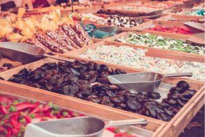 Bunte Auswahl an Süßigkeiten, darunter auch Lakritzschnecken. Lakritz Wien.