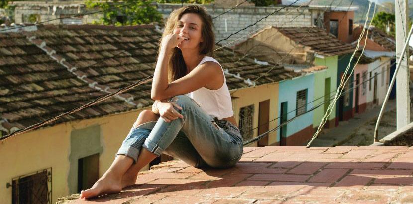 hübsche Frau sitzt auf dem Dach