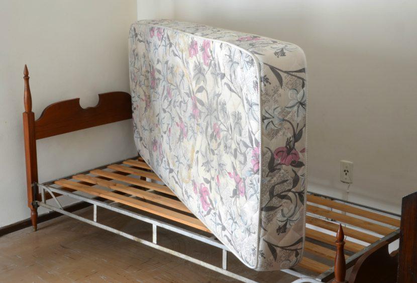 gelbe flecken auf der matratze trendy matratzen flecken. Black Bedroom Furniture Sets. Home Design Ideas