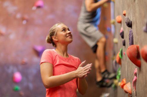 Junge Frau beim Indoor Klettern in der Kletterhalle Wien.
