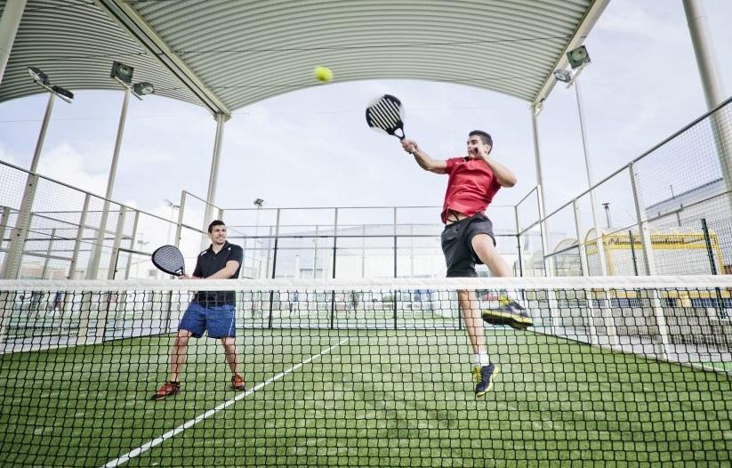Indoor Aktivitaeten Wien: Zwei junge Männer beim Indoor Padel Tennis spielen in Wien.