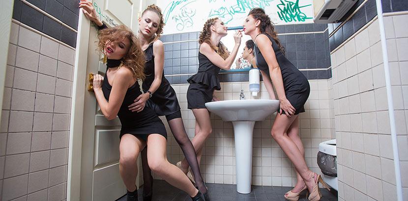 Vier sehr betrunkene junge Frauen in der Damen Toilette. Was hilft gegen Kater?