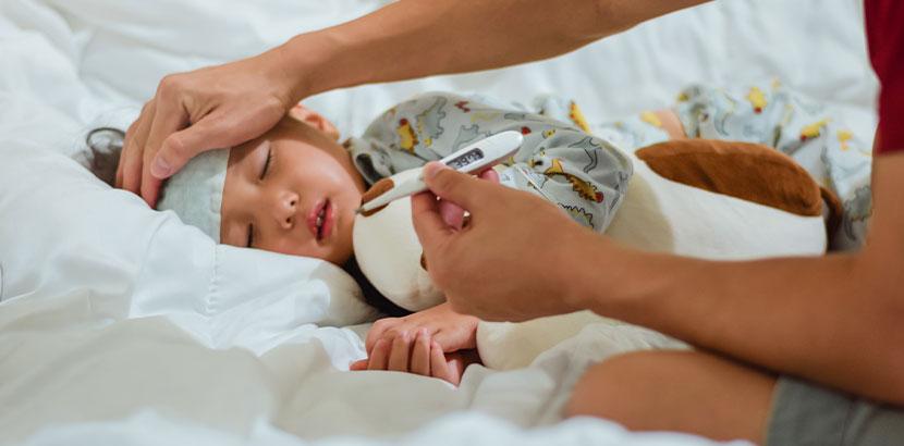 Familie pflegt Kind mit Fieber und Kawasaki Syndrom.
