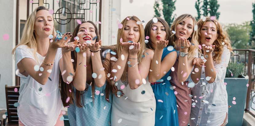 Zu den traditonellen Hochzeitsbräuchen zählt auch die Bridal Shower, die die Braut mit ihren Freundinnen begeht.