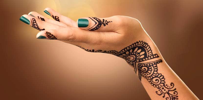 Frauenhand mit tradionellem Henna-Tattoo als Teil der indischen Hochzeitsbräuche.