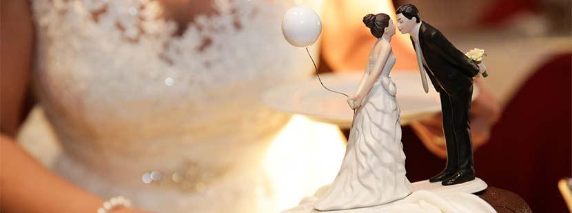 aut, die gemäß der Hochzeitstradition die Hochzeitstorte anschneidet. Hochzeitsbräuche aus aller Welt.