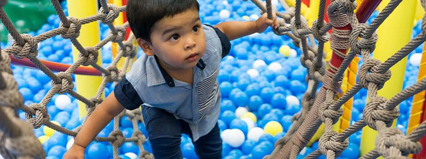Kinderland Steyr: Ein Kind spielt im Indoor-Spielplatz