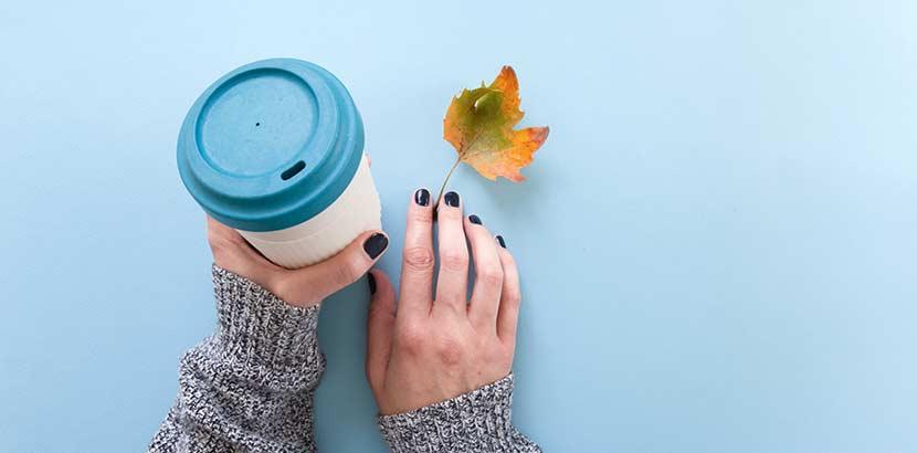 Ein wiederverwendbarer Kaffeebecher hilft bei der Abfallvermeidung.