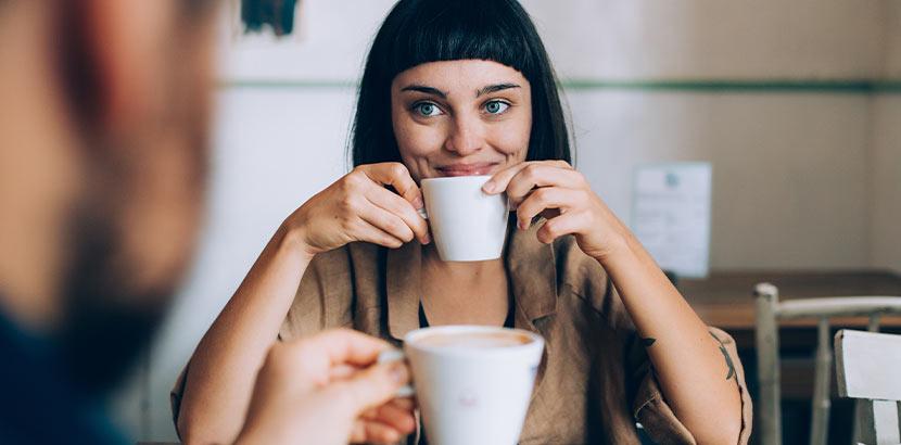 Cafe Wien: eine Frau und ein Mann bei einem romantischen Date mit Kaffee und Kuchen