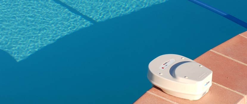Ein Pool-Alarm in einem Pool. Dadurch lässt sich der Pool kindersicher machen.