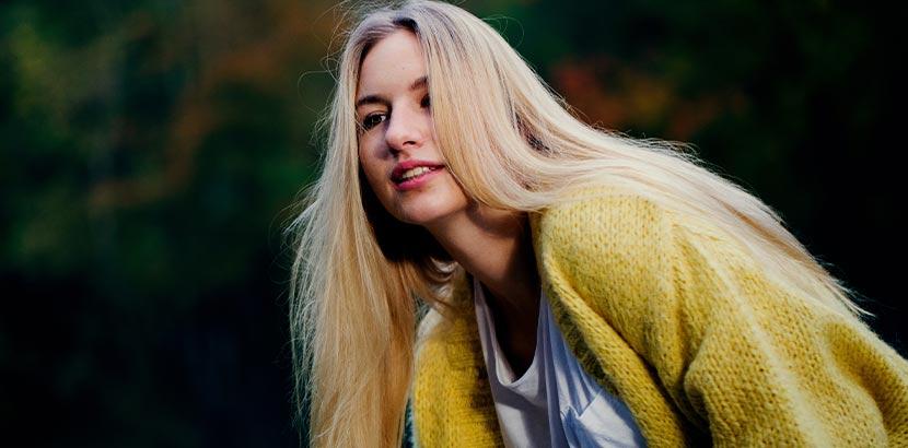 Haare bleichen und aufhellen: Eine Frau mit blonden Haaren