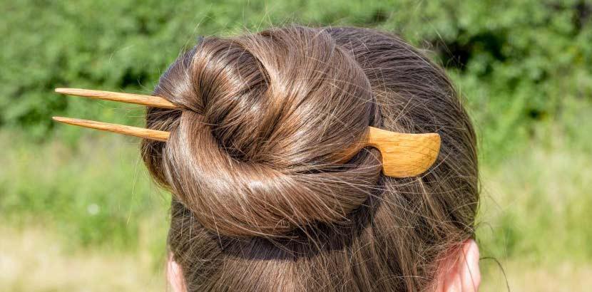Der Dutt gehört zu den beliebtesten Tipps für lange Haare.