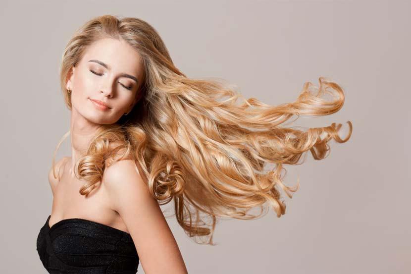 Junge hübsche Blondine, die Tipps für lange Haare braucht.