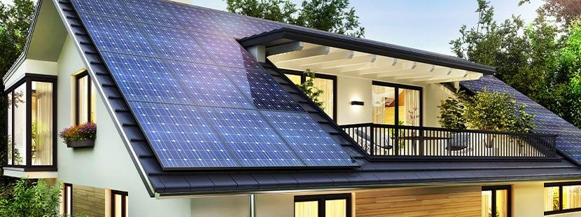 Einfamilienhaus mit Solarzellen auf dem Dach. Altbausanierung Förderung Sanierungsscheck.