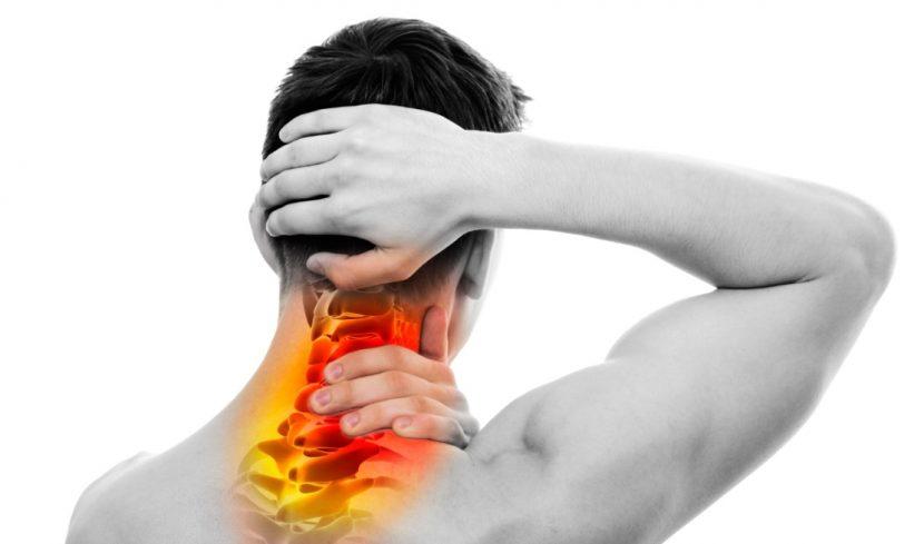 Junger Mann mit Bandscheibenvorfall und Schmerzen in der Halswirbelsäule.