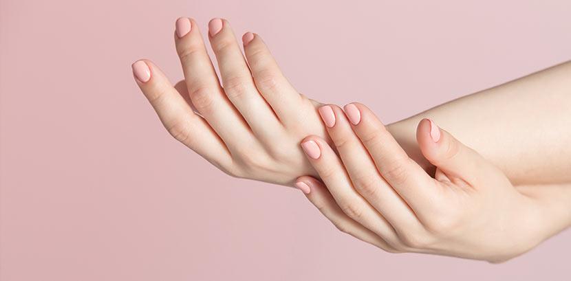 Eine Frau mit Shellac Nägeln in Nudetönen (Babyboomer Nails)