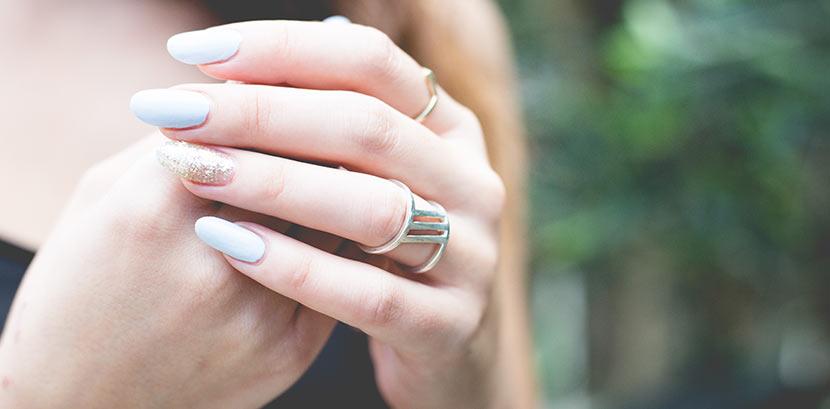 Shellac Nägel: Eine Frau mit hellgrauen Shellac Nägeln. Beauty Tipps.