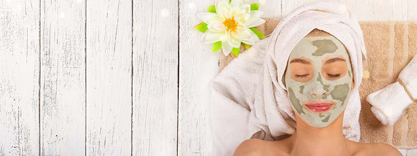 Junge Frau, die sich im Day Spa Wien mit einer Gesichtsmaske verwöhnen lässt.