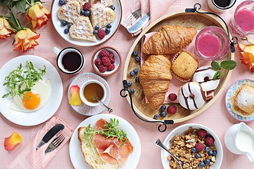 Muttertagsbrunch Wien und Umgebung: eine gedeckte Tafel mit Brunch und Frühstück.