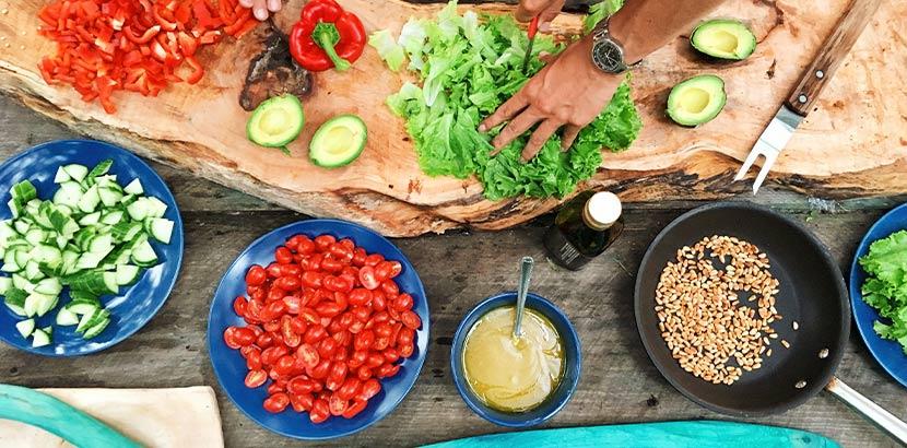 Kochkurs als Muttertagsgeschenk - ein Tisch mit vielen verschiedenen Gemüsesorten und Kochzutaten