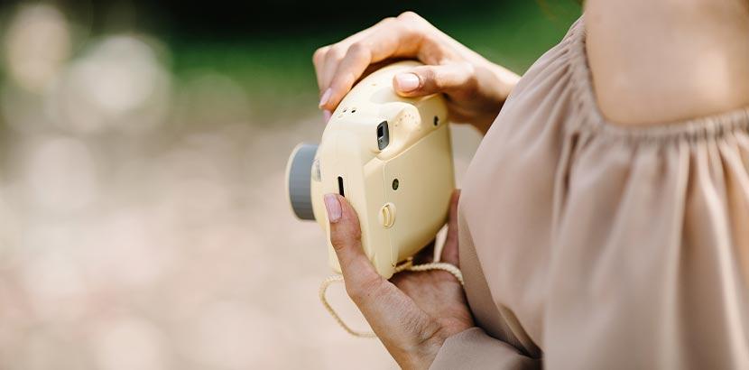 Muttertagsgeschenke: Eine Mutter hält eine Polaroid-Kamera