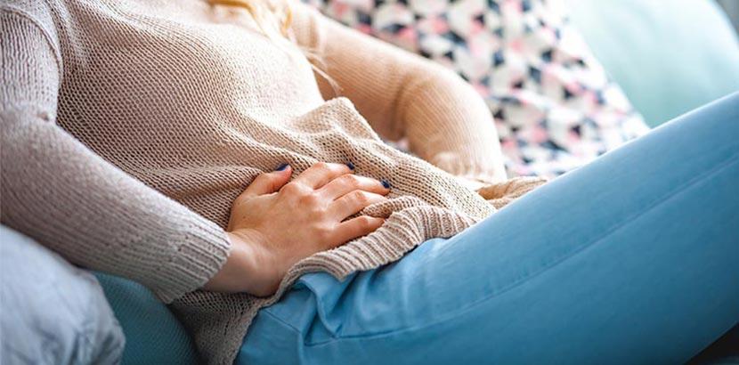 Blähungen: Frau mit Bauchschmerzen