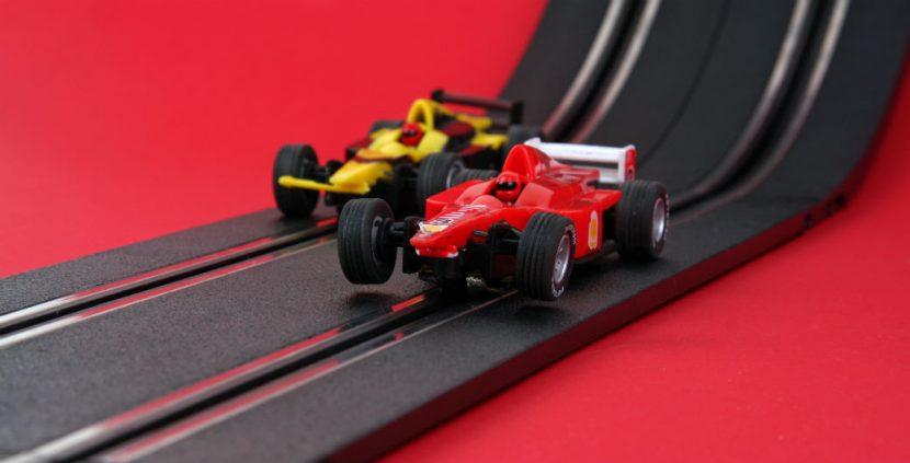 Ferrari und Jorden Formel 1 Autos auf einer Carrera Bahn